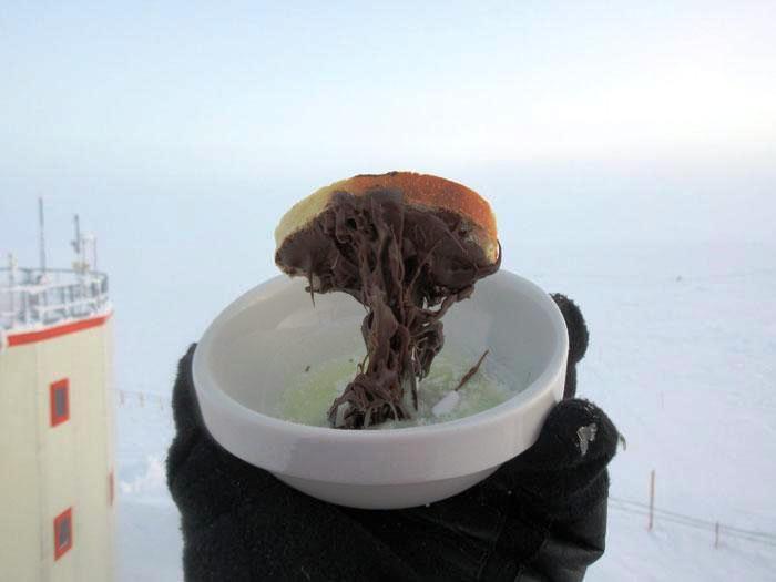Memasak mie instan di Antartika.