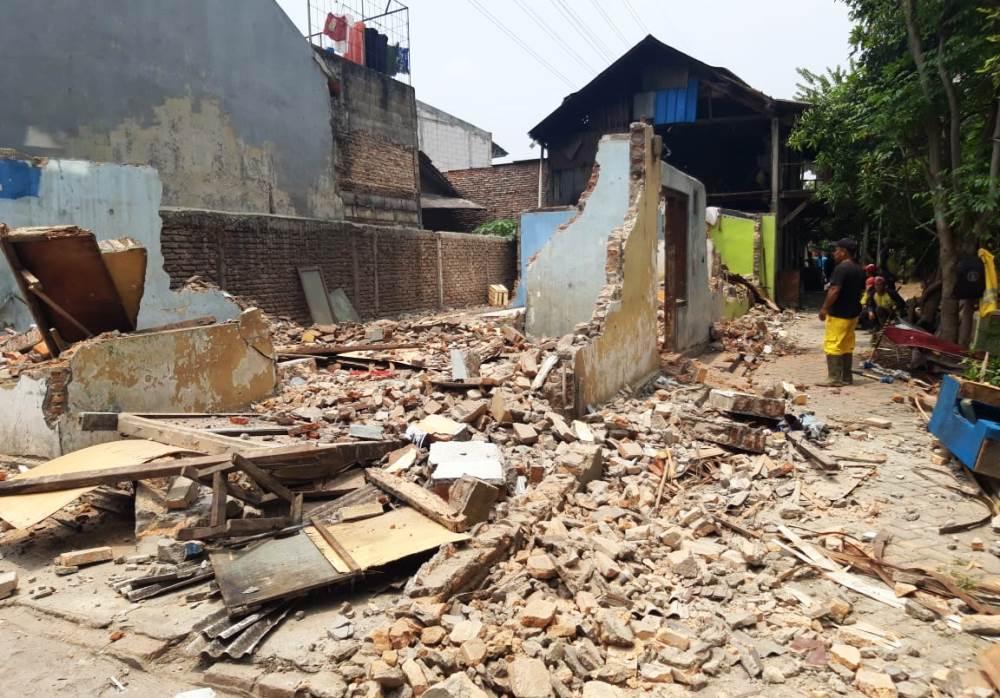 atpol PP Kota Tangerang menertibkan bangunan