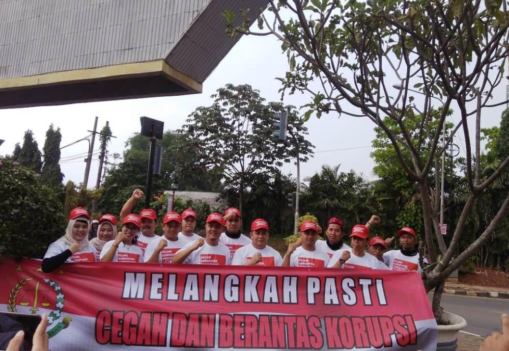 Kejaksaan Negeri Kabupaten Tangerang mengkampanyekan Hari Anti Korupsi Sedunia di Jalan Raya Serang, pertigaan lampu merah Tigaraksa, Senin (10/12/2018).