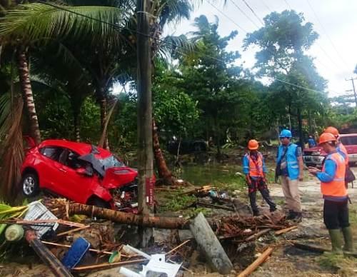 Tim PLN UID Banten berusaha memperbaiki listrik yang rusak di wilayah Pandeglang dan sekitarnya pasca bencana alam tsunami di wilayah tersebut.