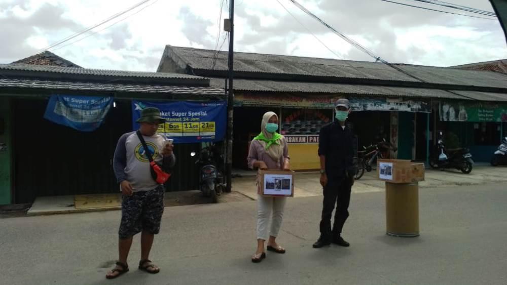 Komunitas di Tangerang melakukan penggalangan dana untuk para korban bencana alam tsunami yang melanda pesisir wilayah Serang dan Pandeglang, Provinsi Banten.