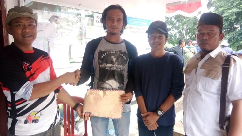 Warga Karang Tengah dan Kampung Bekelir Kota Tangerang memberikan bantuan untuk korban tsunami Selat Sunda.