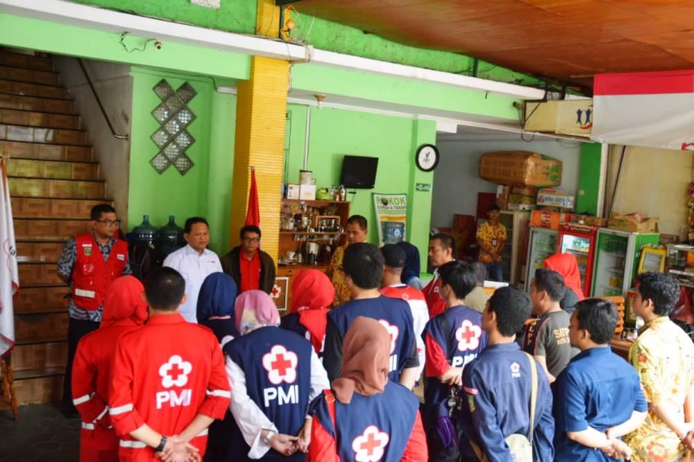 Palang Merah Indonesia (PMI) Kota Tangerang memberikan donasi bantuan kepada korban bencana tsunami di Pandeglang, Banten.