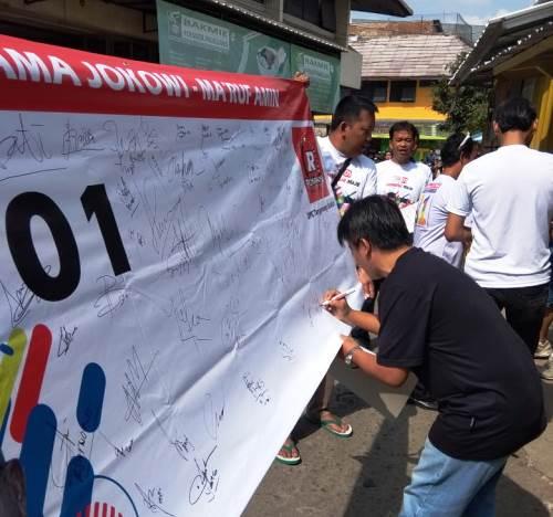 Tampak masyarakat mengikuti aksi tanda tangan dukungan kepada Capres 01 jokowi dalam kegiatan yang digelar oleh Posko Relawan Rakyat (Posraya) Indonesia Tangerang Selatan (Tangsel).