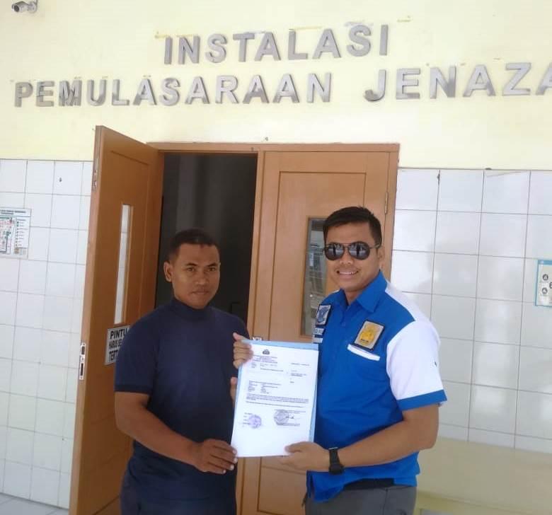 Petugas Kepolisian Tangsel bersama keluarga korban kakek saat di RSUD Kabupaten Tangerang.