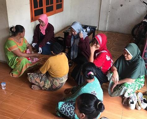Mahasiswa KKN Universitas Muhammadiyah Tangerang memeriksa kesehatan warga di Desa Mekar Jaya, Kecamatan Sepatan, Kabupaten Tangerang.