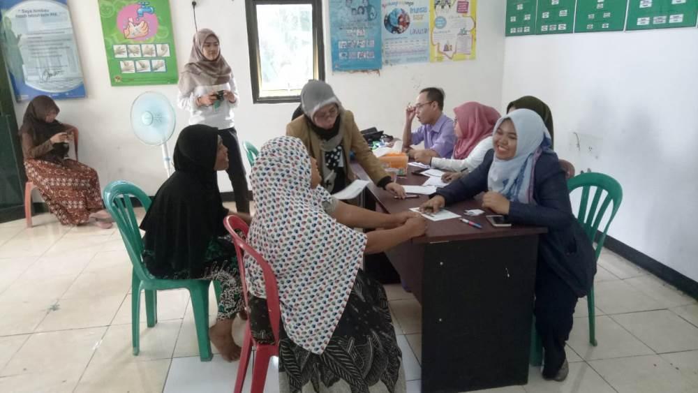 Mahasiswa Universitas Muhammadiyah Tangerang (UMT) melaksanakan Kuliah Kerja Nyata (KKN) dengan program pemeriksaan kesehatan kepada puluhan warga di RW 4 dan 5 Kelurahan Cipete, Pinang, Kota Tangerang, Selasa (19/2/2019).