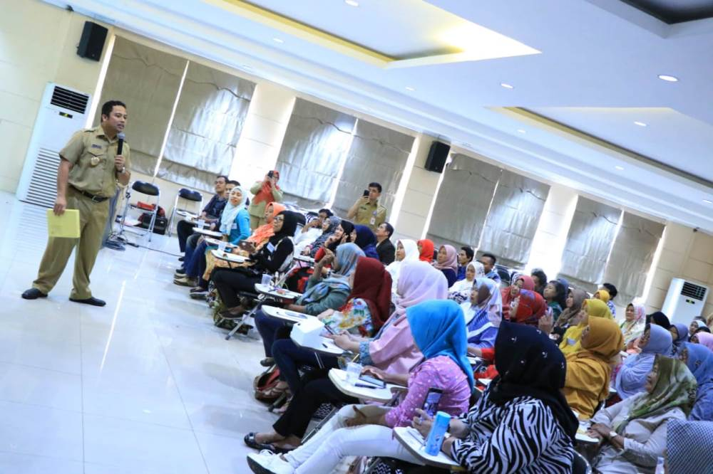 Wali Kota Tangerang H. Arief R. Wismansyah memberikan materi pelatihan Peningkatan Daya Saing Produk UMKM Angkatan I.