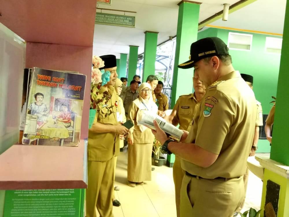 Bupati Tangerang Ahmed Zaki Iskandar saat meninjau pelaksanaan UNBK di SMPN 2 Curug, Kabupaten Tangerang, Senin (22/4/2019).