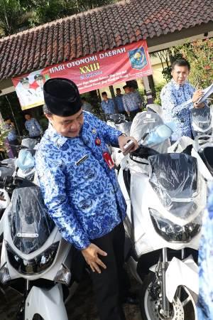 Bupati Tangerang Ahmed Zaki Iskandar secara simbolis menyerahkan sebuah kunci sepeda motor Yamaha NMax kepada Camat, Lurah dan Kades yang berhasil melampaui target penghasilan dari Pajak Bumi dan Bangunan.