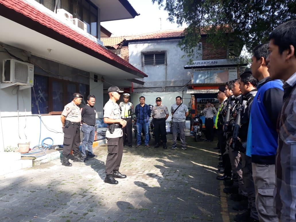 Suasana Polisi menjaga kantor KPU Kota Tangerang.