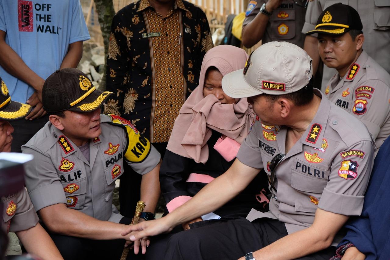 Suasana keharuan keluarga Sukrani, 58 petugas kpps yang meninggal ketika dikunjungi Kakor Binmas Baharkam Polri Irjen Pol Herry Wibowo ditemani Kapolresta Tangerang Sabilul Alif.