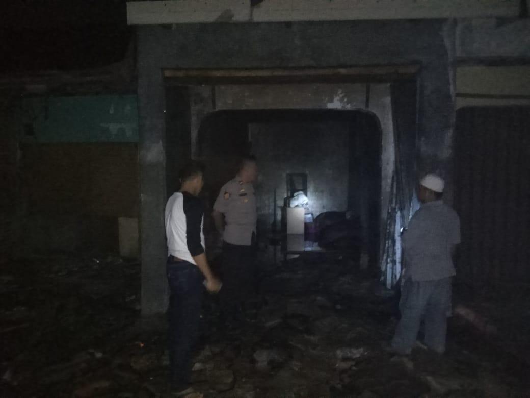 Petugas kebakaran berusaha memadamkan api yang berkobar di gudang kardus di Kampung Cisoka, RT 003/001, Desa Cisoka, Kecamatan Cisoka, Sabtu (11/5/2019) malam.