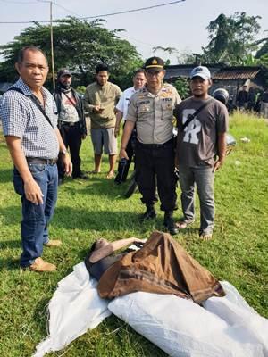Warga sekitar saat mengevakuasi mayat yang mengambang di sungai Kampung Kadu Jaya, RT 02/02, Desa Kadu Jaya, Kecamatan Curug, Kabupaten Tangerang.