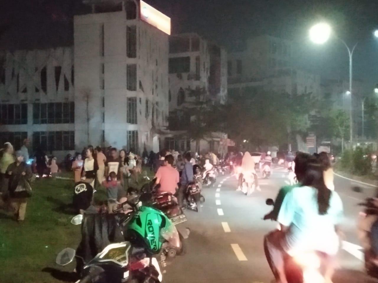 Tamapak suasana masyarakat konvoi merayakan takbiran di sekitar kawasan perumahan Citra Raya, Panongan.