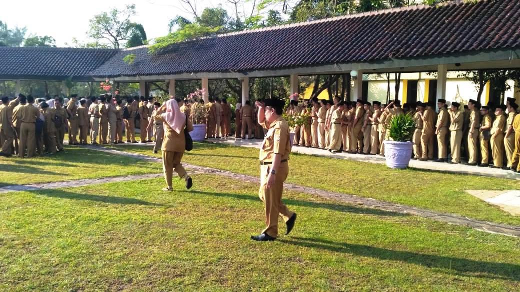 Suasana para Aparatur Sipil Negara (ASN) Pemerintah Kabupaten Tangerang saat mengantri untuk absensi kehadiran.