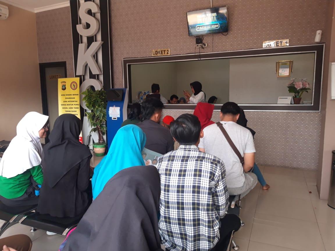 Suasana warga yang sedang membuat pemohonan Surat Keterangan Catatan Kepolisian (SKCK) di loket pembuatan SKCK di Mapolres Metro Tangerang Kota, Jumat (14/6/2019).
