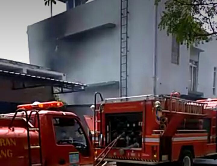 Tampak Petugas pemadam kebakaran berusaha memadamkan api yang berkobar di Klinik As-Syifa di gedung C Dinas Kesehatan (Dinkes) Provinsi Banten.