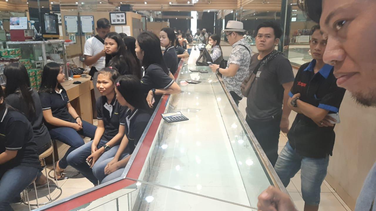 Polisi tengah melakukan olah tempat kejadian perkara (TKP) perampokan di toko emas Permata Balaraja, Sabtu (15/6/2019)