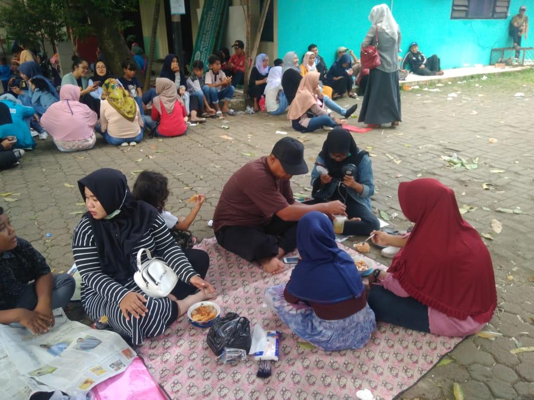 Tampak keluarga Turhamun yang menunggu nomor antreannya untuk dipanggil petugas pelayanan keliling KIA di Kantor Kecamatan Pamulang, Jalan Siliwangi No.1, Pamulang Barat, Pamulang, Tangsel, Rabu (26/6/2019).