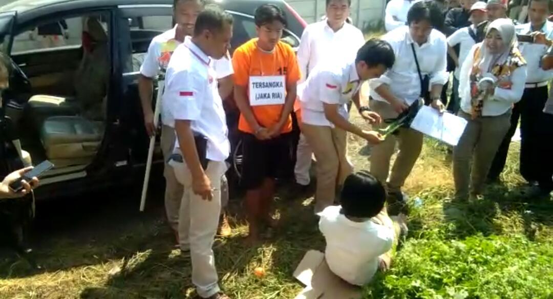 Rekonstruksi kasus pembunuhan Fifia Srti Lestari, 16, seorang gadis muda yang tewas di tangan kekasihnya dengan kondisi tangan dan kaki terikat, di Kampung Kebon Baru, RT 1/1, Desa Babat, Kecamatan Legok, Kabupaten Tangerang.
