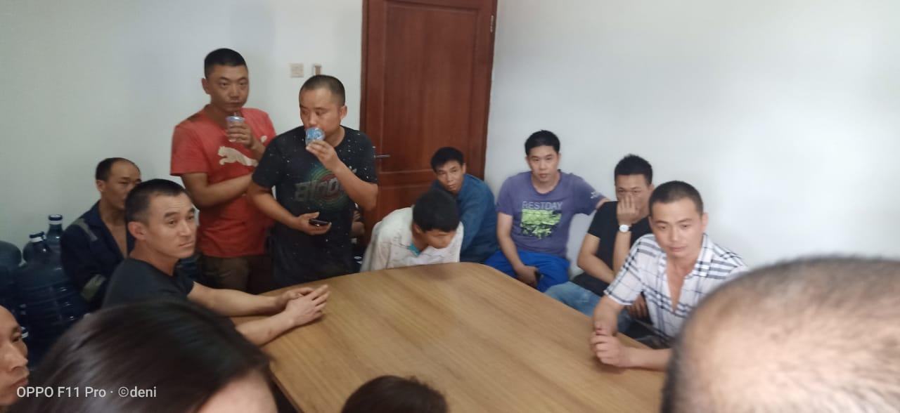 Tampak puluhan warga negara asing (WNA) asal Cina ilegal diamankan di kantor Kesatuan Bangsa dan Politik (Kesbangpol) Kota Tangerang.