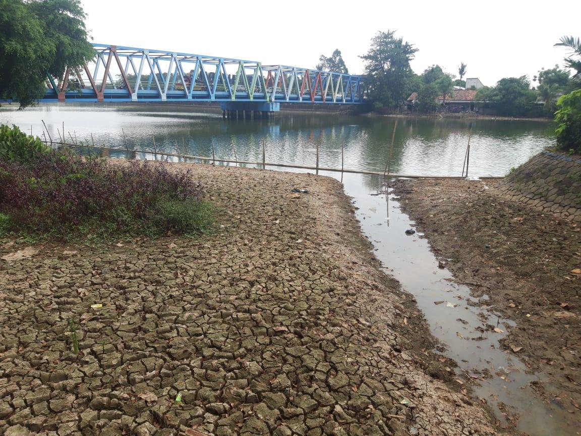 Tampak surutnya debit air Sungai Cisadane.