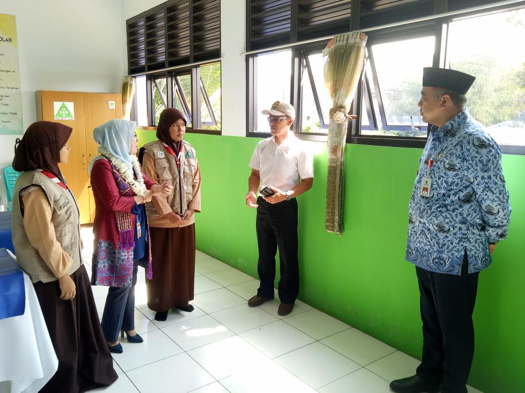Bupati Tangerang Ahmed Zaki Iskandar saat berkomunikasi dengan para murid SMPN 2 Curug yang mengikuti Lomba Sekolah Sehat pada tingkat Provinsi Banten di Jalan Diklat Pemda, Suka Bakti, Curug.
