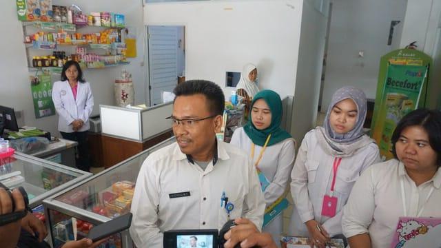 Tim Kefarmasian Perbekalan Kesehatan (KPK) Dinas Kesehatan (Dinkes) Kota Tangerang saat menggelar inspeksi mendadak (sidak) di Apotek Grace, Perumahan Banjar Wijaya, Cipondoh, Kota Tangerang, Rabu (24/7/2019).