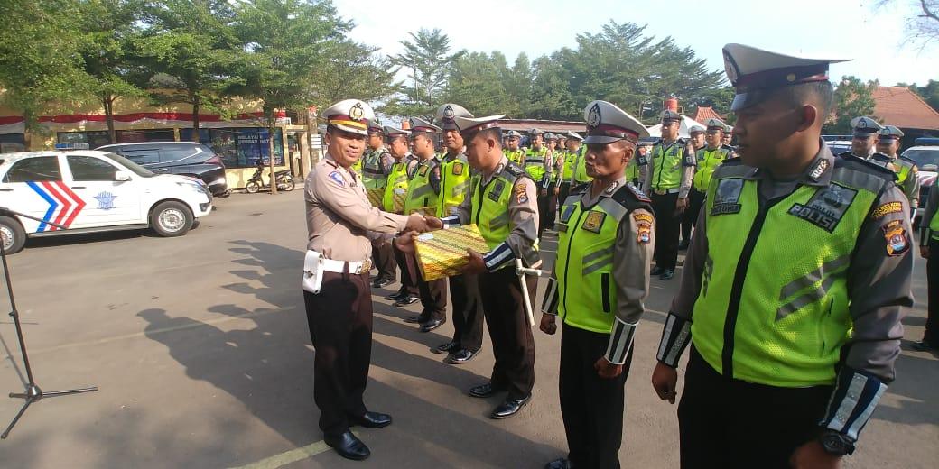 Kepala Satuan Lalu Lintas (Kasat Lantas) Polresta Tangerang Kompol Ari Satmoko memberikan penghargaan kepada anggotanya saat Apel Fungsi Satlantas di Mako Satlantas Polresta Tangerang di Tigaraksa.