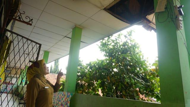 Kepala SDN Tangerang 15 Lina Nurlia menunjukkan kondisi gedung SDN Tangerang 15 yang menumpang sementara di eks gedung SDN Sukasari 4 dan 5 di samping TangCity Mal, Cikokol, Kota Tangerang.