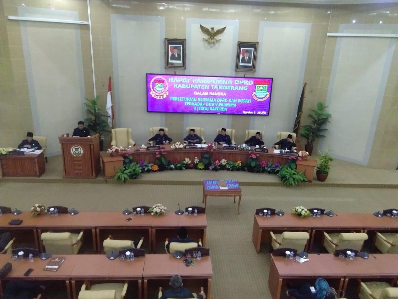 Kegiatan rapat pengesahan tiga Rancangan Peraturan Daerah (Raperda) di Gedung DPRD, Tigaraksa, Kabupaten Tangerang, Rabu (31/7/2019).