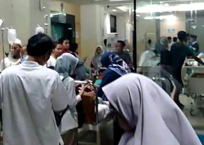 Tampak pasca gempa pasien dan paramedis di Rumah Sakit Umum Daerah (RSUD) Tangsel dievakuasi ke luar gedung.