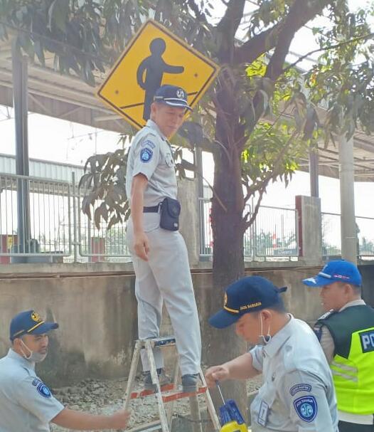 Tampak petugas dari PT Jasa Raharja (Persero) memasangi rambu-rambu lalu lintas dan traffic light keselamatan di sekitar ruas-ruas jalan Kota Tangerang.