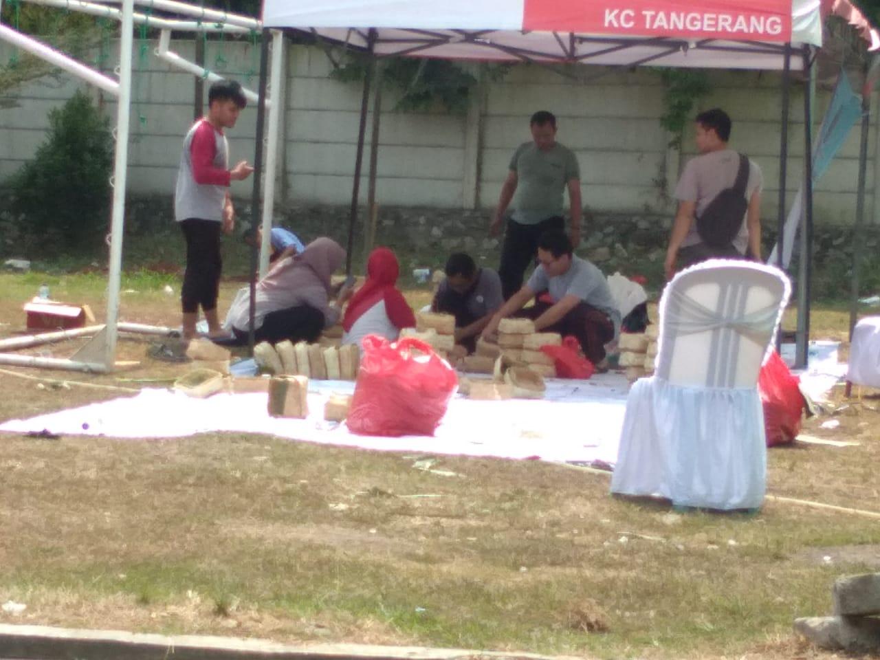 Suasana kegiatan pembagian daging kurban kepada masyarakat dari BNI Syariah Kantor Cabang Tangerang.