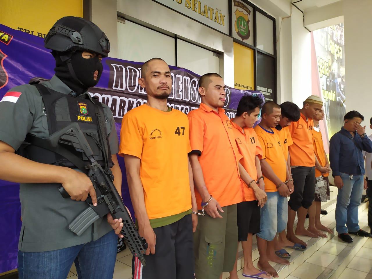 Para tersangka berinisial A,34, AR, 28, AF, 34, AH, 32, SH, 29, MNF, 24, dan DS, 32, mengenakan pakaian (oranye) tahanan Polisi, mereka para pelaku pengedar narkoba.