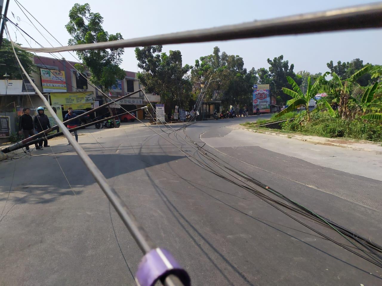 Tampak semrawutnya kabel listrik di Jalan Sodetan Buran, Buaran, Serpong, Tangsel.