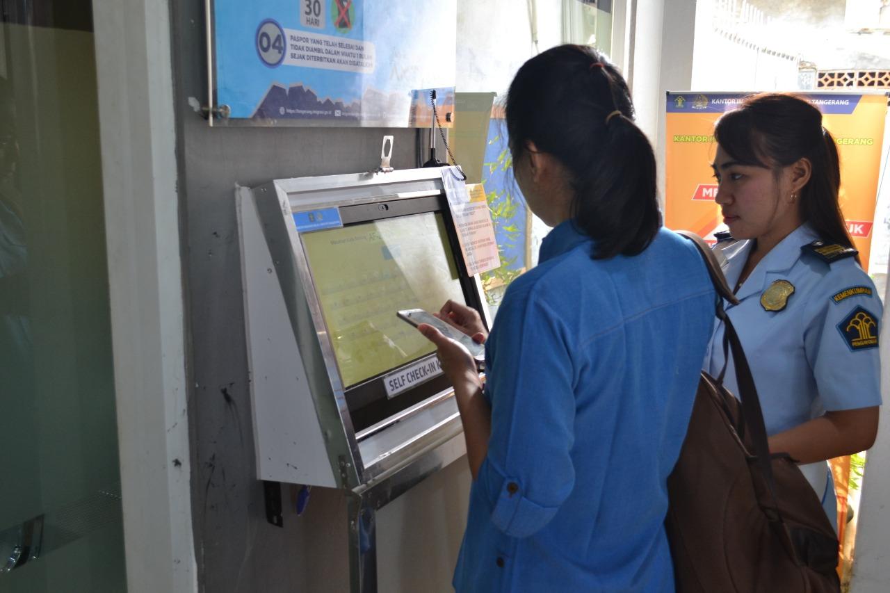 Pelayanan publik dengan sistem berbasis teknologi informasi di Kantor Imigrasi Kelas I Non TPI Tangerang.