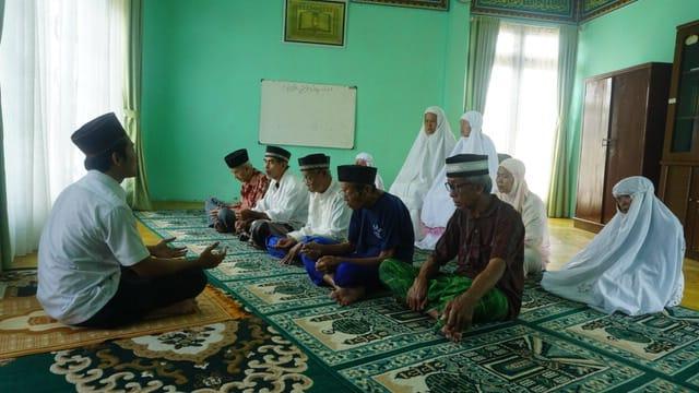 Lansia saat mengaji di Rumah Perlindungan Sosial, di Jalan Iskandar Muda Pintu Air 10 No. 1, Kecamatan Neglasari, Kota Tangerang.