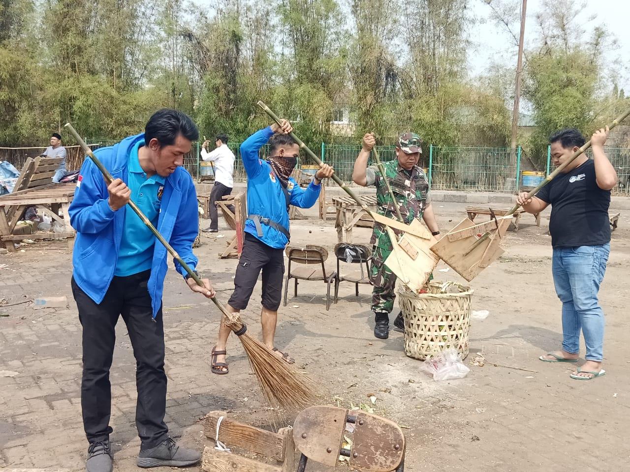 Tampak para anggota KNPI saat membersihkan Pasar Babakan, Rabu (25/9/2019).