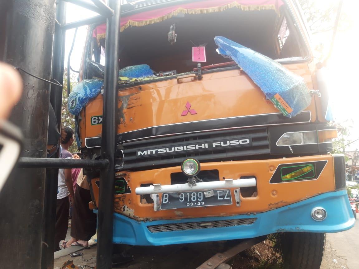 Tampak mobil truk yang mengalami kecelakaan hingga menewaskan pengendara motor di Jalan Daan Mogot, Batuceper, Kota Tangerang, Rabu (25/9/2019).