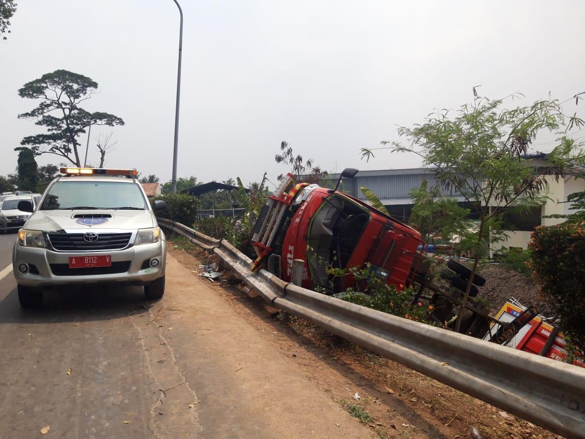 Mobil pemadam kebakaran (damkar) mengalami kecelakaan di pintu keluar Tol Kebon Nanas, Kota Tangerang, Sabtu (28/9/2019).