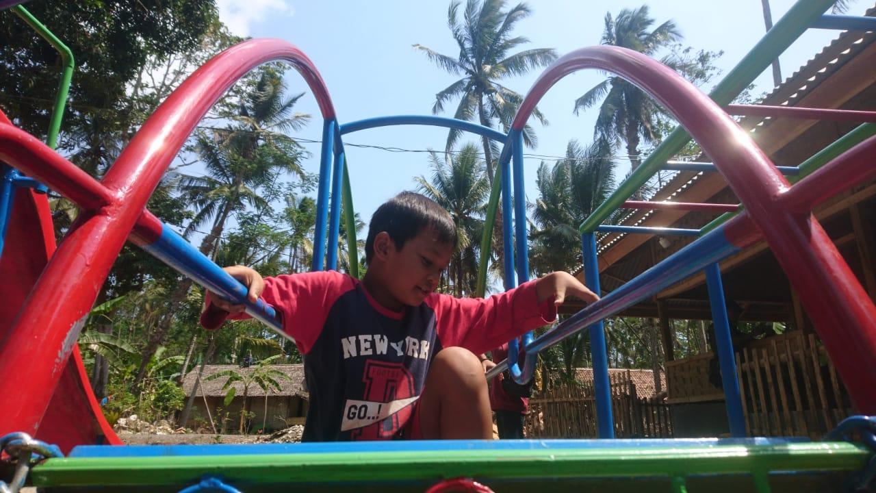 Yayasan Society for Health, Education, Environment, and Peach (Sheep) mendirikan ruang bermain anak sebagai salah satu upaya pemulihan kondisi mental anak-anak pascatsunami Selat Sunda di Desa Ujung Jaya, Kecamatan Sumur, Kabupaten Pandeglang