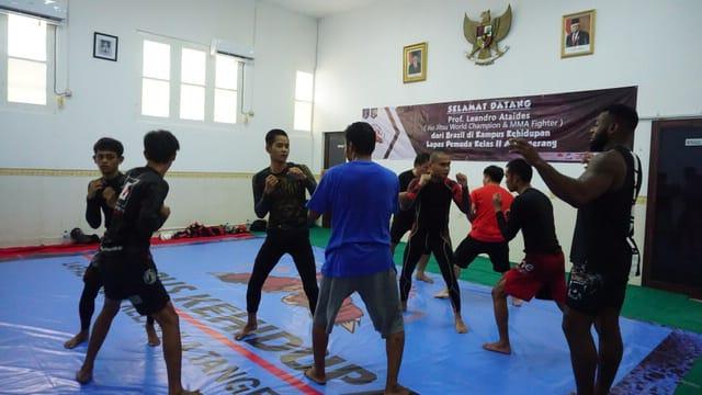 Jiu Jitsu World Champion and MMA Fighter, Prof Leandro Ataides saat berlatih coaching clinic jiu-jitsu dengan mahasiswa di Lapas Pemuda Tangerang, Sabtu (26/10/2019).