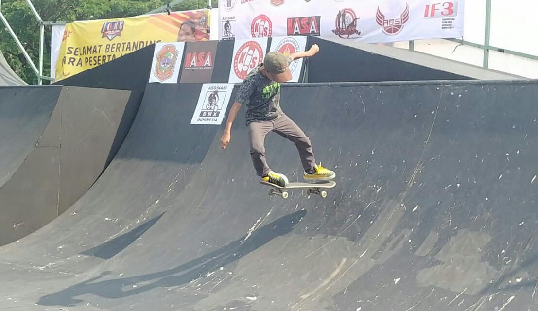 Putra asal Kota Tangerang, Zacky Turquoise, 11 tahun, saat memainkan skateboard dengan kemampuannya.