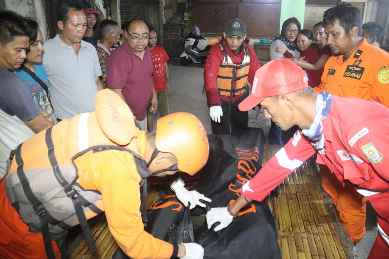 Tim SAR Gabungan saat mengevakuasi jasad Diki Wahyudi, 21, pemuda yang tenggelam di kali Cisadane, Kota Tangerang.