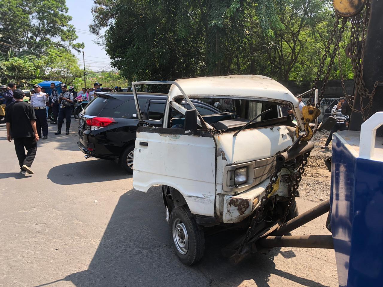 Terlihat mobil mini bus dan angkot rusak berat setelah mengalami kecelakaan tabrakan di depan gerbang Perumahan Villa Pamulang, Jalan Raya Puspitek, Pamulang, Tangerang Selatan.