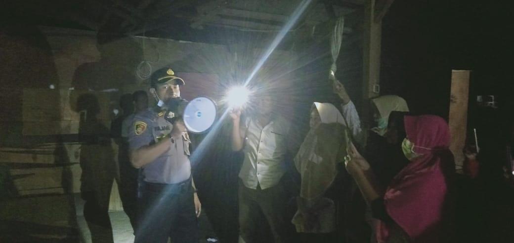 Warga melakukan penggerebekan warung yang diduga jadi tempat esek-esek di lahan milik Pelindo II di Puloampel, Serang, Banten.