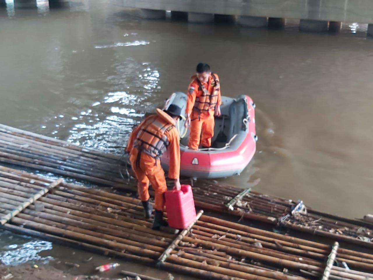 Tim SAR Gabungan saat bersiap-siap untuk mencari Firman, 14, yang menjadi korban tenggelam di Kali Cisadane.