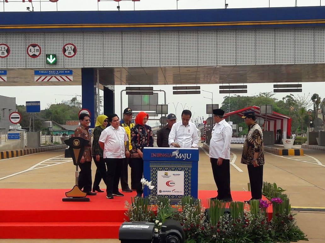 Presiden Joko Widodo bersama rombongannya saat meresmikan Tol Parigi, Pondok Aren, Tangerang Selatan, Jumat (6/12/2019),
